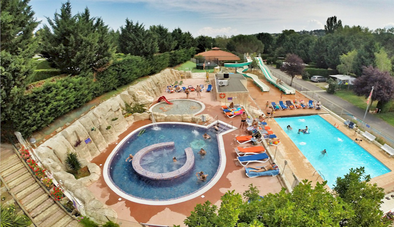 Camping auvergne 4 toiles piscine chauff e clermont for Piscine clermont
