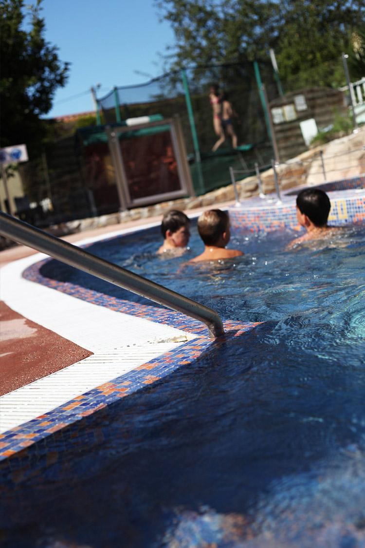 Piscine et parc aquatique camping auvergne le clos auroy for Camping le piscine sarteano